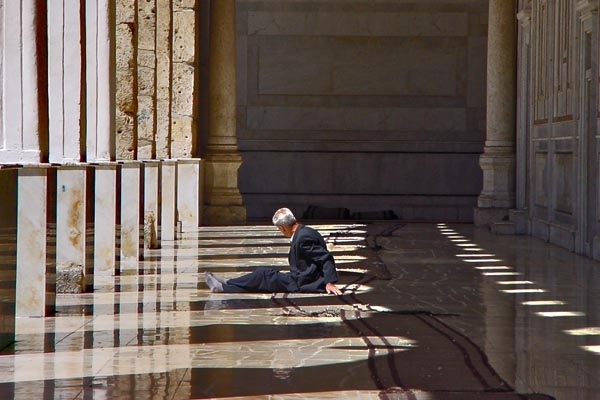 Envoyer photo de Man relaxing in Omayyad mosque in Damascus de Syrie comme carte postale &eacute;lectronique