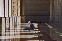 Foto van Man relaxing in Omayyad mosque in Damascus - Syria