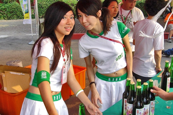 Send picture of Taiwanese bartenders from Taiwan as a free postcard