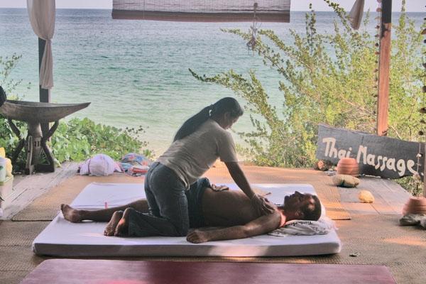 Envoyer photo de A masseuse on the job de Thailande comme carte postale électronique