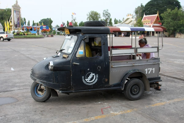 Send picture of Tuktuk driver waiting for customers from Thailand as a free postcard