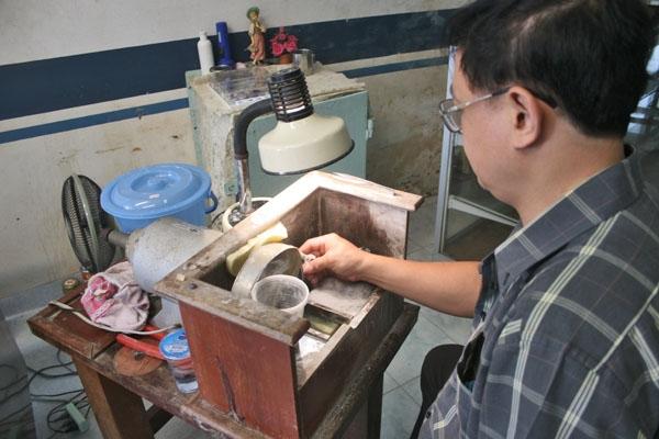Envoyer photo de Jewelry maker in northern Thailand de Thailande comme carte postale électronique