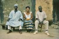 Photo de Woman with elderly men outside a hut in a Togolese village - Togo