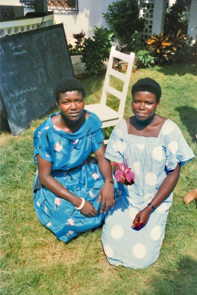 Stuur foto van Young women in the garden of a house in Lomé, Togo van Togo als een gratis kaart