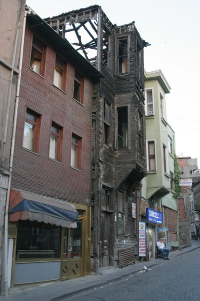 Envoyer photo de Houses in an Istanbul street de Turquie comme carte postale &eacute;lectronique