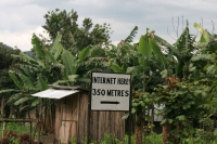 Foto de Sign leading to an internet café near Bwindi Impenetrable National Park - Uganda