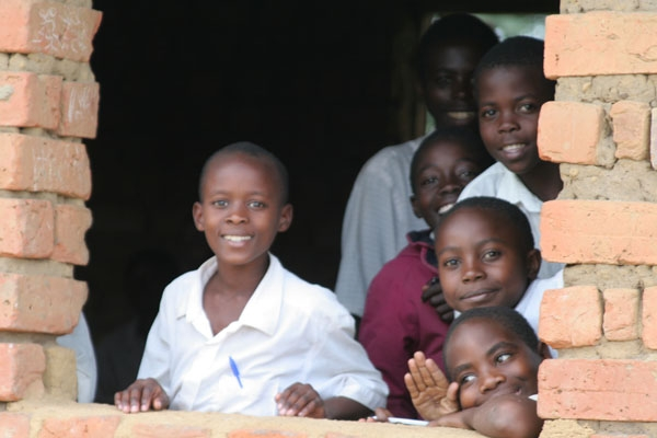 Stuur foto van Students looking out the window of a school in Uganda van Oeganda als een gratis kaart