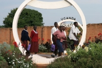 Foto van Young people crossing the Equator - Uganda