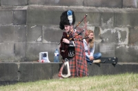 Foto de Scottish man wearing kilt and playing the bagpipe - United Kingdom