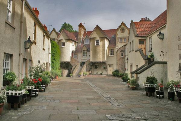 Spedire foto di Small street and houses in Edinburgh di Regno Unito come cartolina postale elettronica