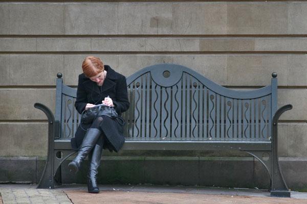 Stuur foto van Woman on a bench in Birmingham van Verenigd Koninkrijk als een gratis kaart