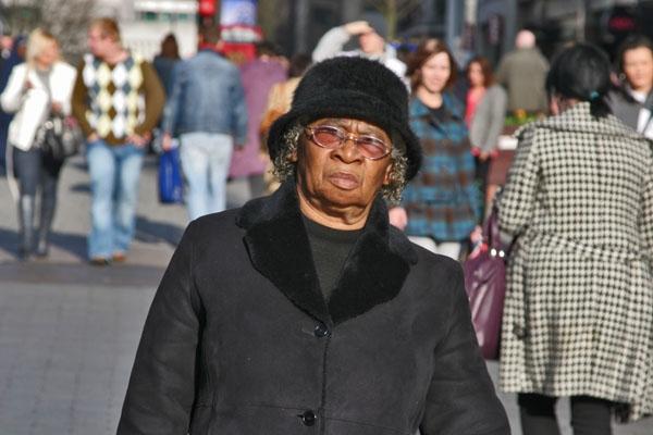 Stuur foto van Woman in a Birmingham street van Verenigd Koninkrijk als een gratis kaart