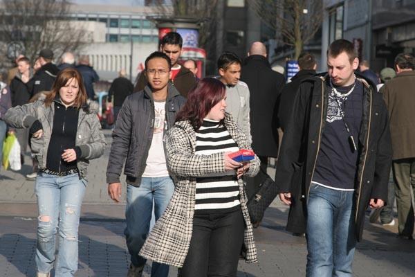 Spedire foto di People in the streets of Birmingham di Regno Unito come cartolina postale elettronica
