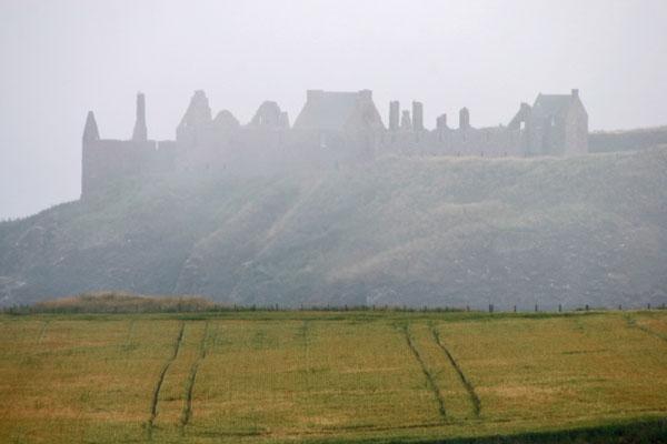 Enviar foto de A foggy day in Scotland with the contours of Dunnottar Castle de Reino Unido como tarjeta postal eletrónica