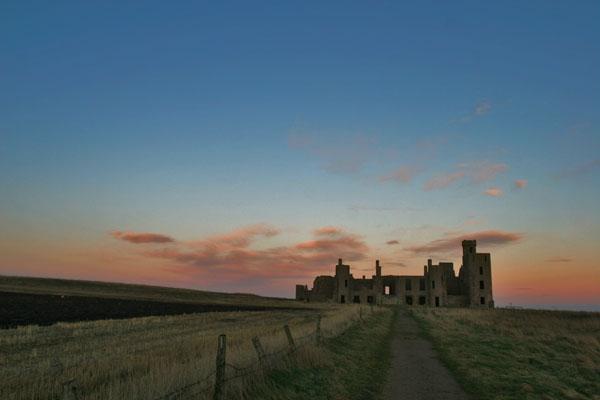 Spedire foto di Slains Castle in early evening light in December di Regno Unito come cartolina postale elettronica