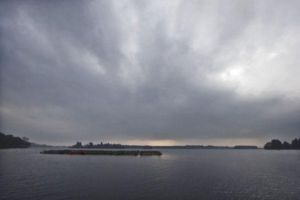 Spedire foto di Gray clouds over a lake near Edinburgh di Regno Unito come cartolina postale elettronica