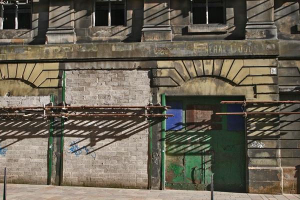 Spedire foto di Sun and shadows on a building in Glasgow di Regno Unito come cartolina postale elettronica