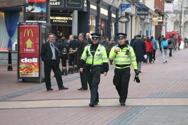 Spedire foto di Policemen in Birmingham di Regno Unito come cartolina postale elettronica