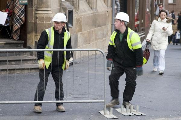Spedire foto di Men working in an Edinburgh street di Regno Unito come cartolina postale elettronica