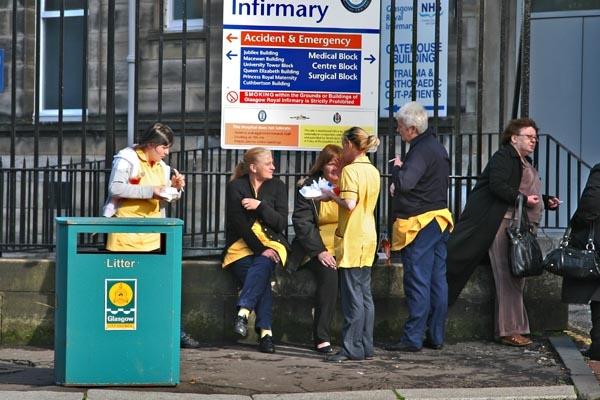 Spedire foto di People working in a hospital in Glasgow taking a break di Regno Unito come cartolina postale elettronica