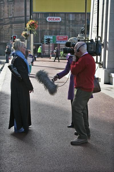 Spedire foto di Reporters interviewing a woman in the streets of Glasgow di Regno Unito come cartolina postale elettronica