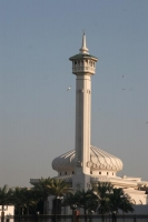 Foto di Grand mosque with tall minaret in Bur Dubai - United Arab Emirates