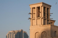 Foto van Traditional windtower and modern architecture - United Arab Emirates