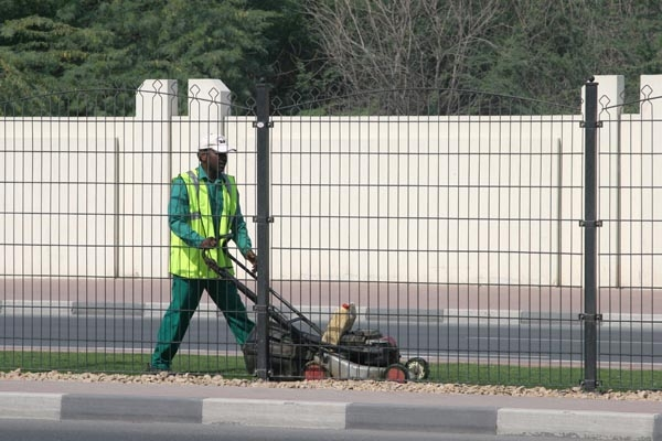 Enviar foto de Man cutting grass in a median strip in Dubai de Emiratos Arabes Unidos como tarjeta postal eletr&oacute;nica