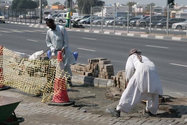 Envoyer photo de Men working in a Dubai street de Emirats Arabes Unis comme carte postale &eacute;lectronique
