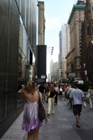 Foto di American girl walking in a New York street - U.S.A.