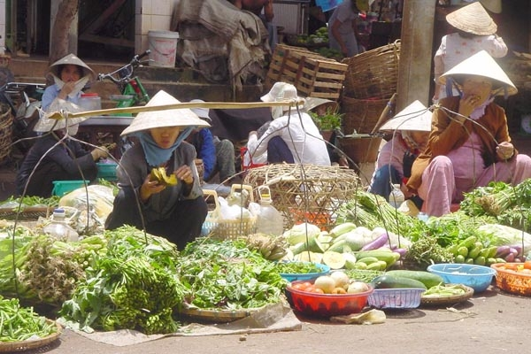Send picture of Fruit and vegetable market from Vietnam as a free postcard