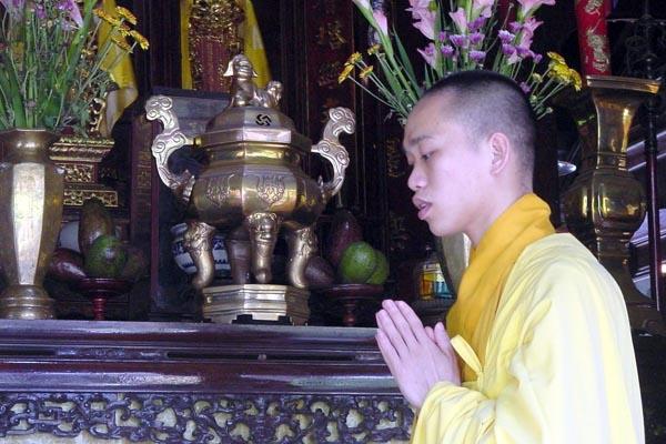 Spedire foto di Buddhist monk praying near Hué di Vietnam come cartolina postale elettronica