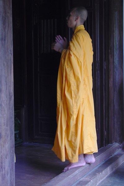 Stuur foto van Buddhist monk near Hué van Vietnam als een gratis kaart
