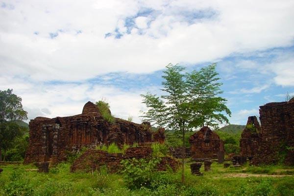 Stuur foto van My Son temple complex van Vietnam als een gratis kaart