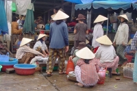 Foto de Vietnamese women at the market - Vietnam
