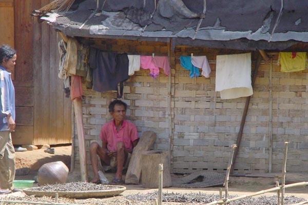 Envoyer photo de Man in front of his house in a village in Central Highlands de Vietnam comme carte postale électronique