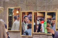 Foto van People in the souk of Sanaa reflected in mirrors - Yemen