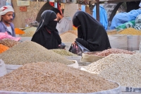 Foto van Women shopping in Sanaa souk - Yemen