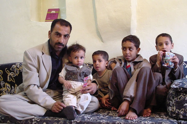 Send picture of Father in his home with his children from Yemen as a free postcard
