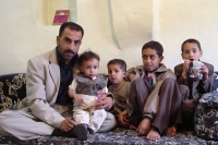 Foto van Father in his home with his children - Yemen