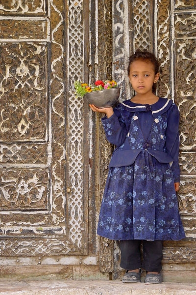 Yemeni girl with flowers