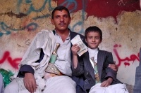 Foto van Father and son in traditional clothes - Yemen